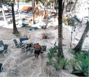 Ferienparadies unter Wasser: überflutetes Hotelgelände im thailändischen Urlaubsort Khao Lak