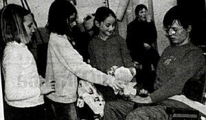 Juliette, Julia und Teresa kennen Katharina und wissen, dass sie Bären liebt. Nach einem Krankenhausaulhalt überreichen sie Ihr einen TeddyBären.